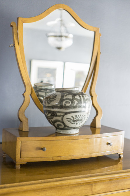 bedroom-dresser-vase-mirror