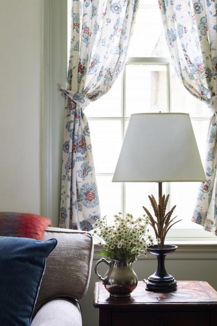 lw-itneriors-side-table-detail-lamp-vase