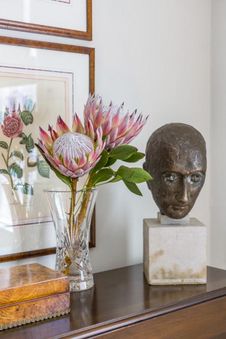sidetable-vase-bust-statue-interior-design